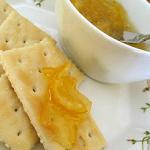 柚子茶をプレーン・クラッカーにたっぷりのせて、ティータイムにどうぞ♪
